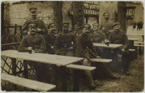 CARTE-PHOTO MONTRANT DES SOLDATS ALLEMANDS ASSIS A LA TERRASSE D'UN CAFE