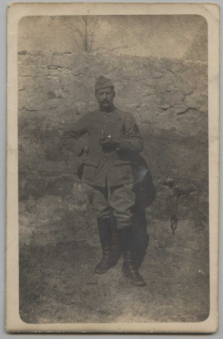 CARTE PHOTO MONTRANT LE PORTRAIT EN PIEDS DU SOLDAT GEORGES PAMEL EN UNIFORME, UNE PIPE A LA MAIN