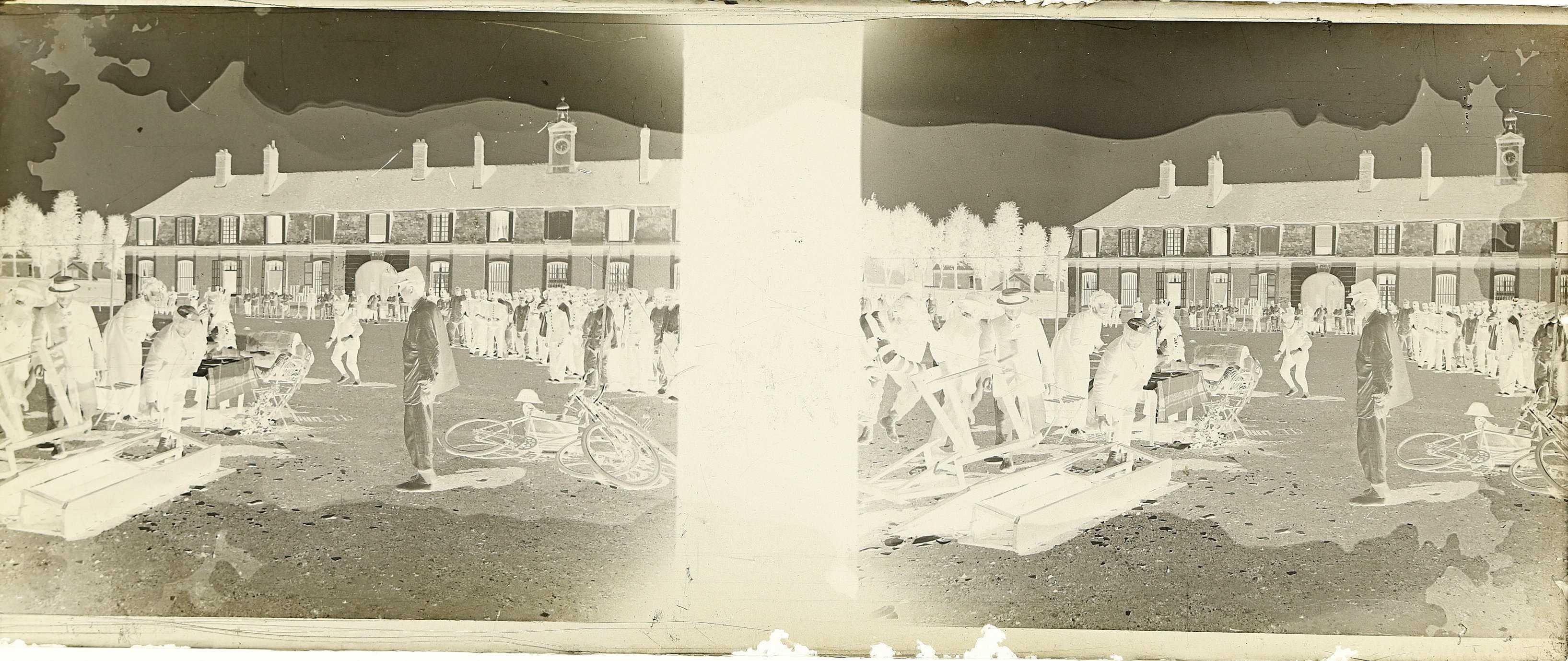 Soldats déguisés jouant une pièce de théâtre dans la cour d'une caserne