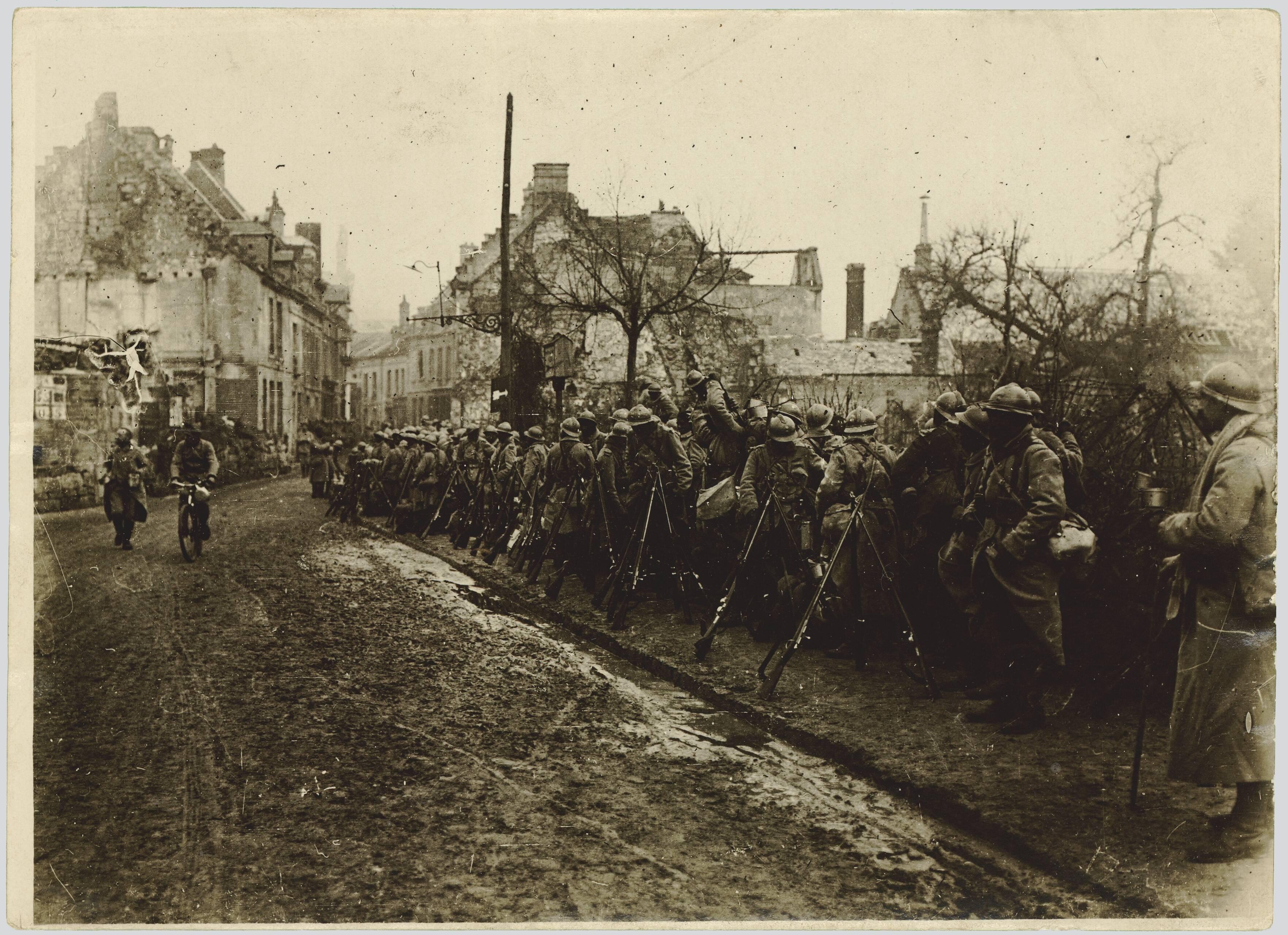 AISNE. AUX ENVIRONS DE COURTECON. LA FERME DES GRELINES. SOLDATS FAISANT LA PAUSE. 13 NOVEMBRE 1917