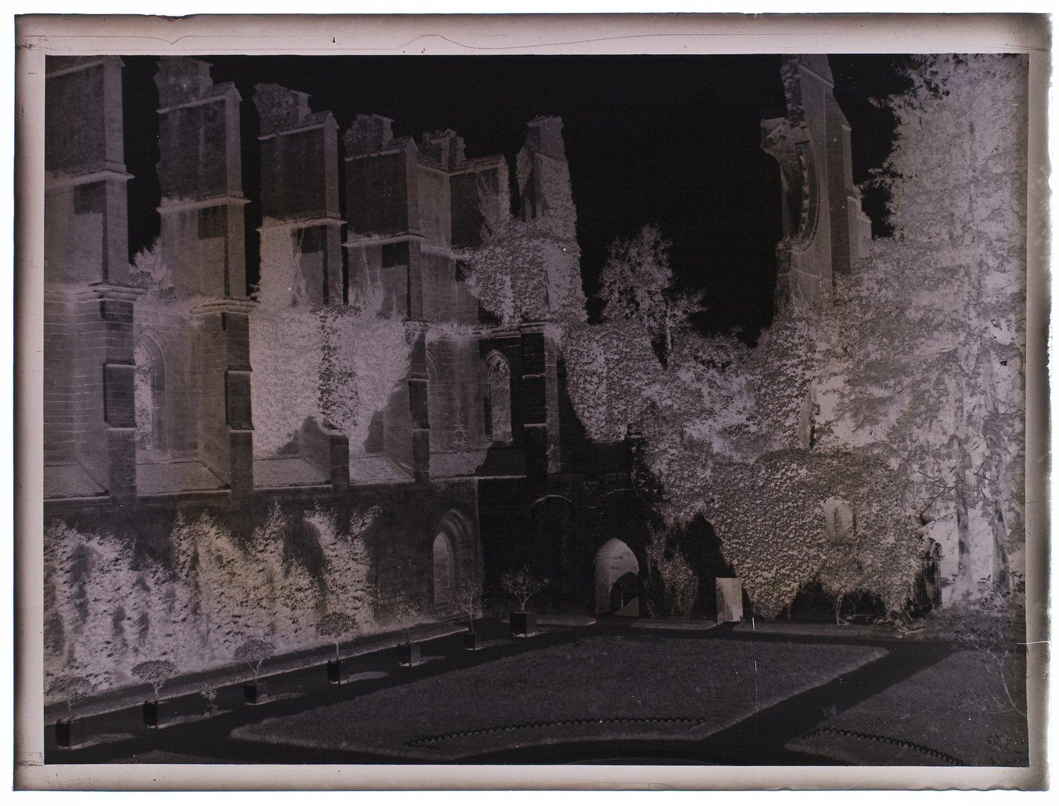 [Ruines de l'abbaye Notre-Dame de Longpont. C'est une abbaye cistercienne fondée en 1131 par Bernard de Clairvaux, dans une vallée marécageuse en  bordure de la forêt de Retz, à la demande de l'évêque de Soissons, Josselin de Vierzy. Elle fut détruite après le départ des moines à la Révolution française en 1793. En 1804 le Comte Henri de Montesquiou (1768-1844) rachète l'abbaye. Elle est classée monument historique depuis 1889. ]