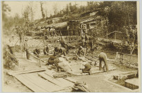 CARTE-PHOTO MONTRANT DES SOLDATS ALLEMANDS EN TRAIN DE LAVER DU LINGE. CAMPEMENT EN ARRIERE PLAN