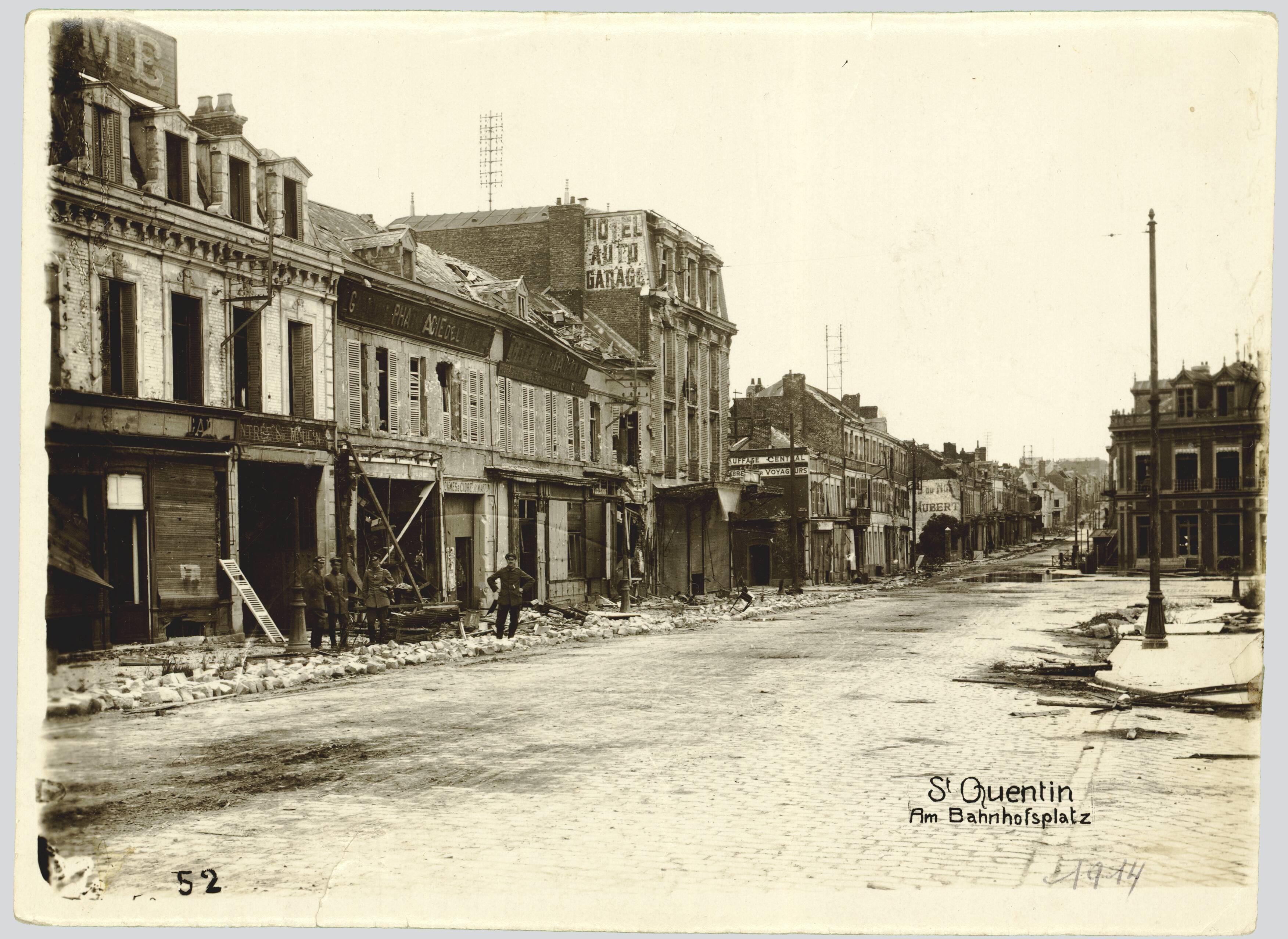SAINT-QUENTIN. AM BAHNHOFSPLATZ. (Saint-Quentin. Place de la gare)