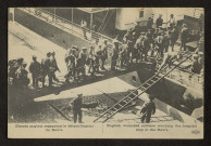 BLESSES ANGLAIS REGAGNANT LE BATEAU-HOPITAL DU HAVRE. ENGLISH WOUNDED SOLDIERS REACHING THE HOSPITAL SHIP AT THE HAVRE