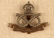 Cap badge en métal du South Staffordshire Regt. ayant appartenu à Frank Flintham