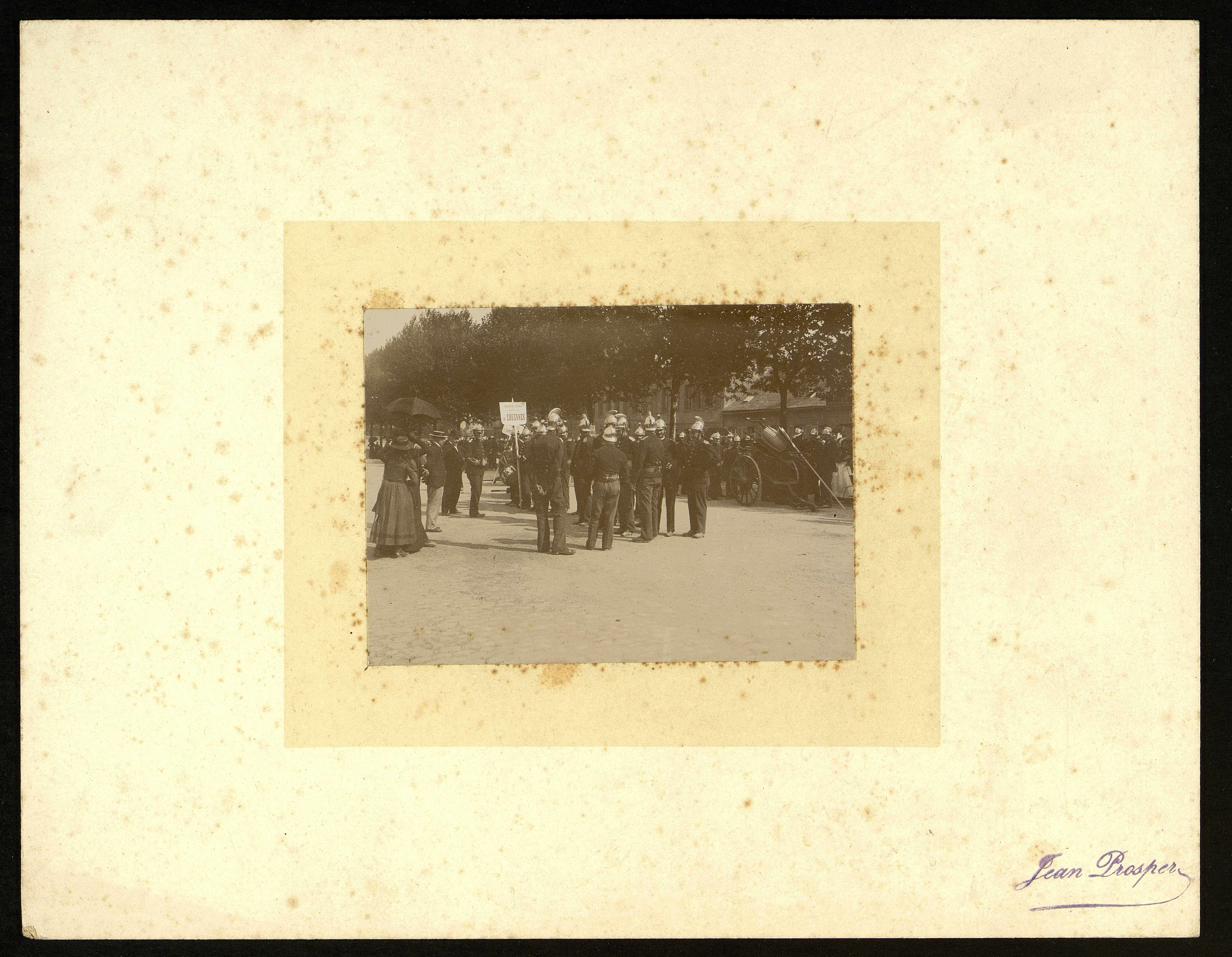 Défilé de sapeurs-pompiers boulevard du Mail à Amiens. La troisième division d'Equennes