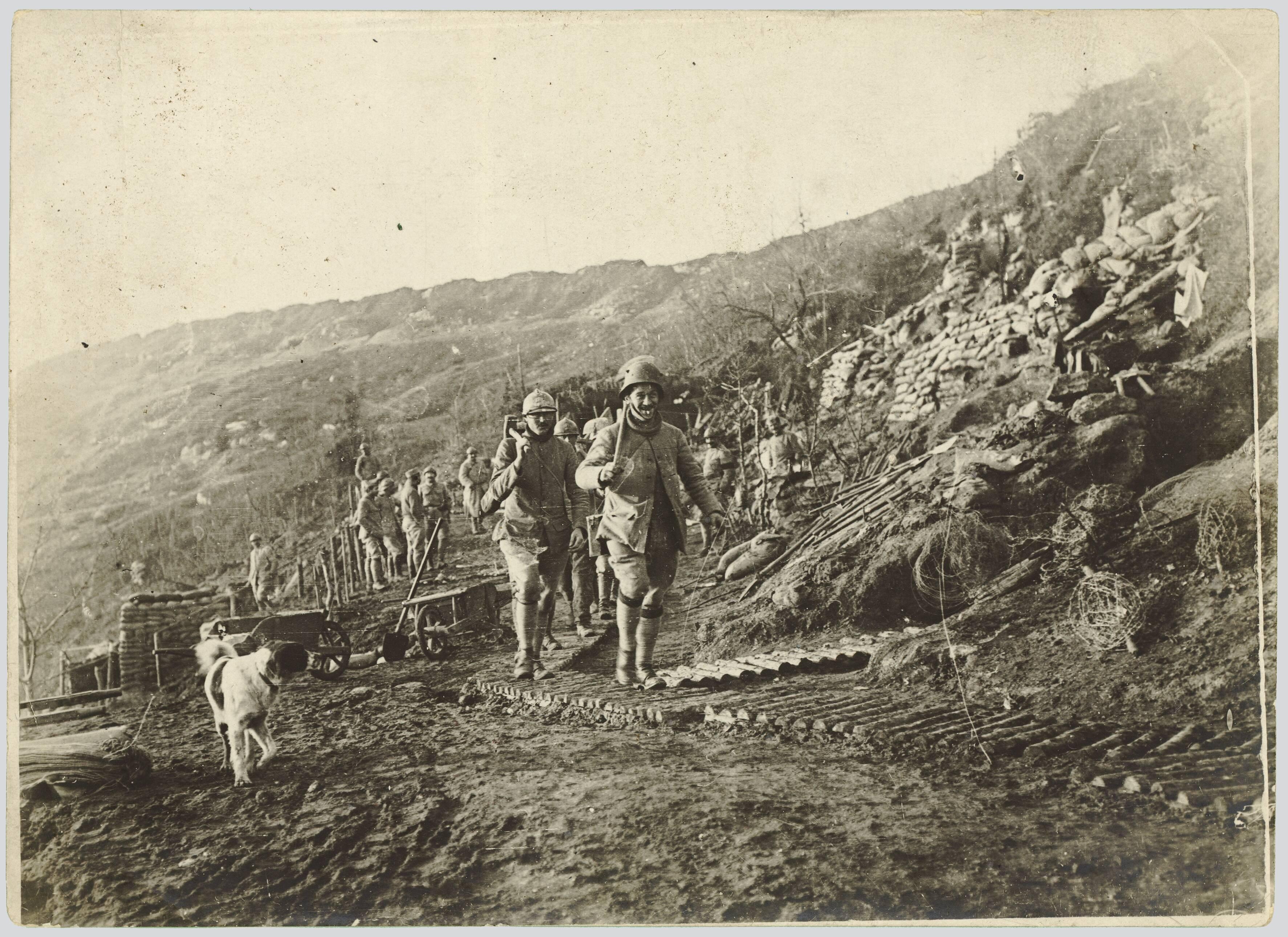 AISNE. SUD-OUEST DE COURTECON. LA FERME DES GRELINES. UNE CORVEE. 13 NOVEMBRE 1917