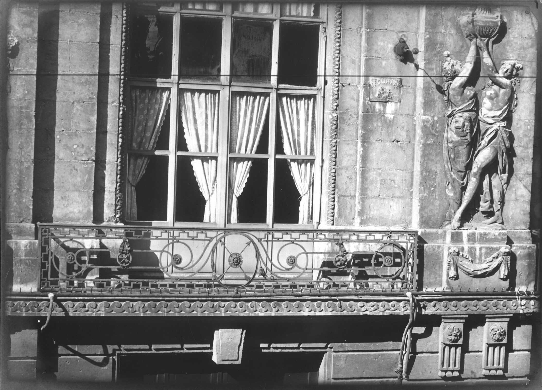 Théâtre d'Amiens, rue des Trois-Cailloux, vue extérieure : détail scupté de la façade et balcon en fer forgé