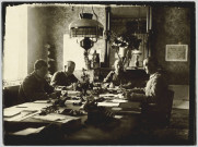 PHOTOGRAPHIE MONTRANT QUATRE OFFICIERS ALLEMANDS TRAVAILLANT A UNE TABLE. AYANT APPARTENU A MR. LANGFELD
