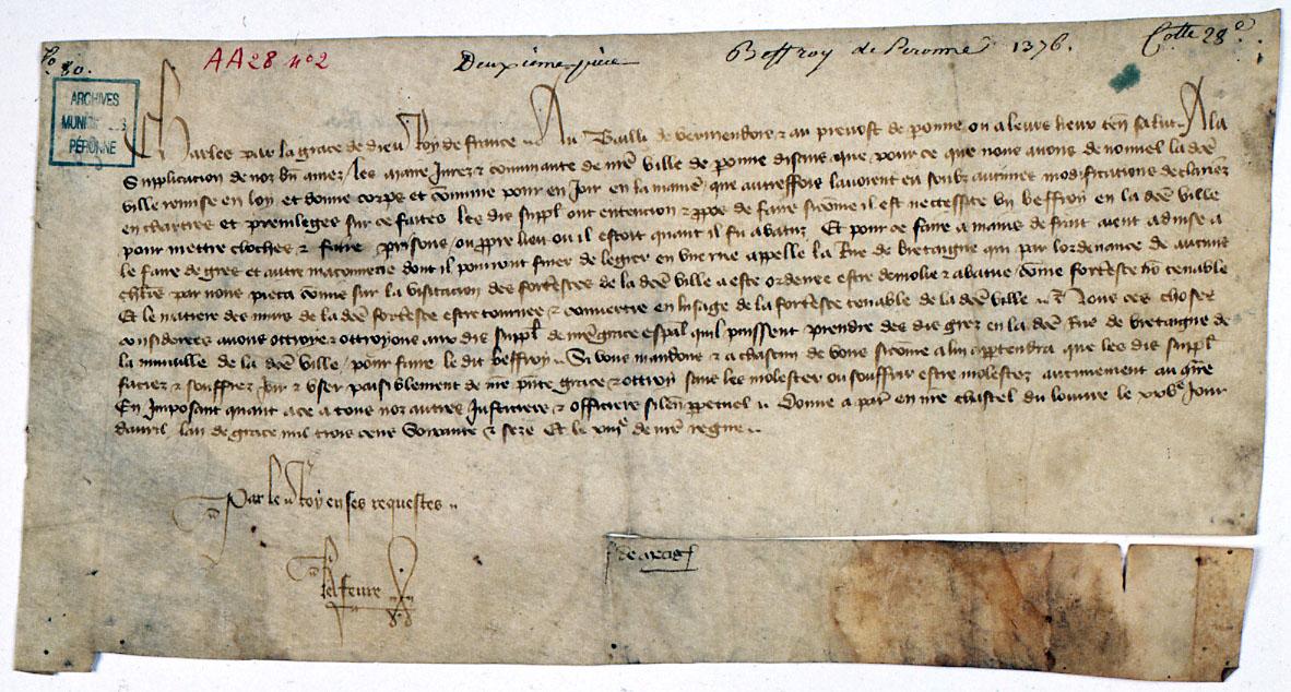 Péronne. Mandement de Charles V au bailli de Vermandois et prévôt de Péronne de veiller à la réutilisation des matériaux provenant de la forteresse de la porte de Bretagne, réemployés dans la reconstruction du beffroi